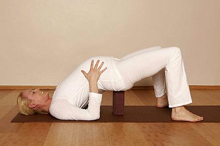 Йога для беременных - мостик с поддержкой